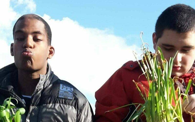 Twee jongeren met een beperking die voor plantjes zorgen