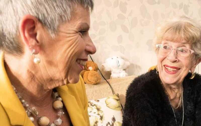 2 oude dames op de bak hebben plezierig contact