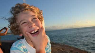 Lachende jongen op het strand