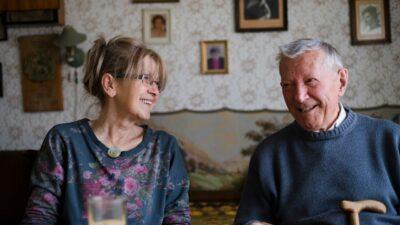 Ouder echtpaar, lachend binnen