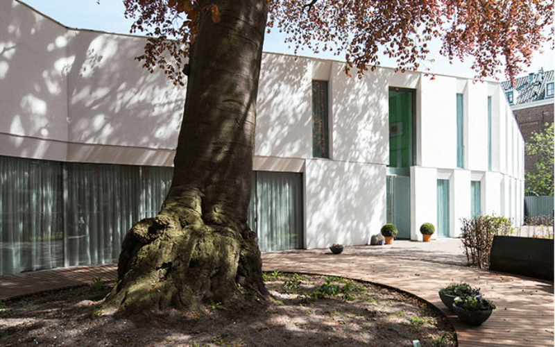Deel van tuin en gebouw van xenia Leiden
