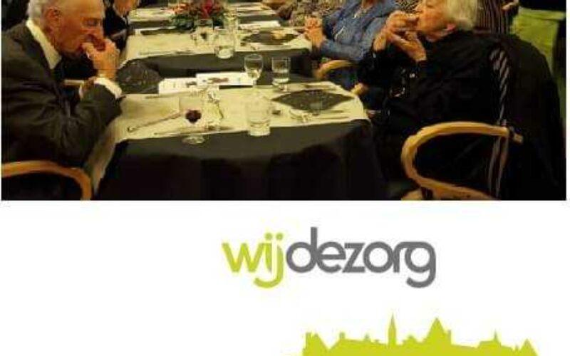 Logo Wijdezorg waarop ouderen te zien zijn aan de maaltijd