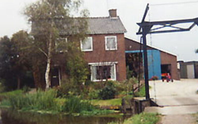 Boerderij met kleine ophaalbrug ervoor