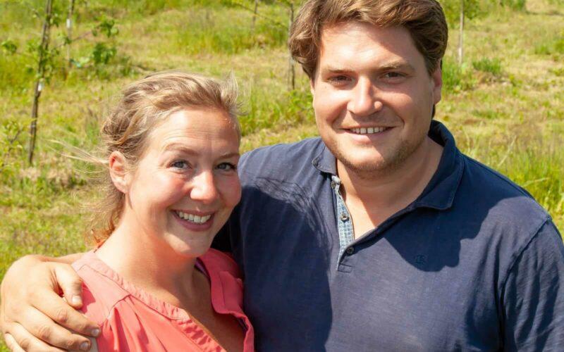 Een jonge man en vrouw in een veld
